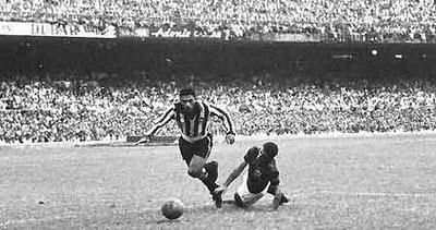 Mané Garrincha driblando