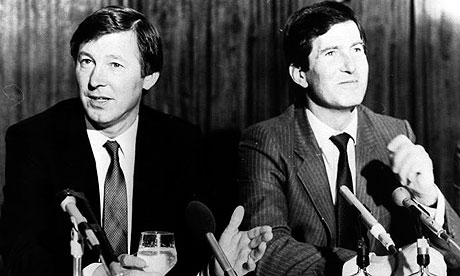 Alex Ferguson (à esq.) ao lado do chairman do United Martin Edwards em 1986.