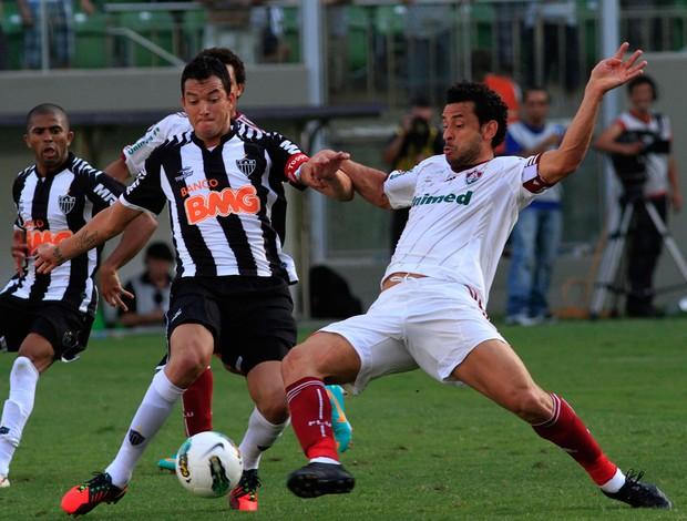 Réver disputa a bola com Fred: no Independência, Galo ganhou de virada por 3 a 2.