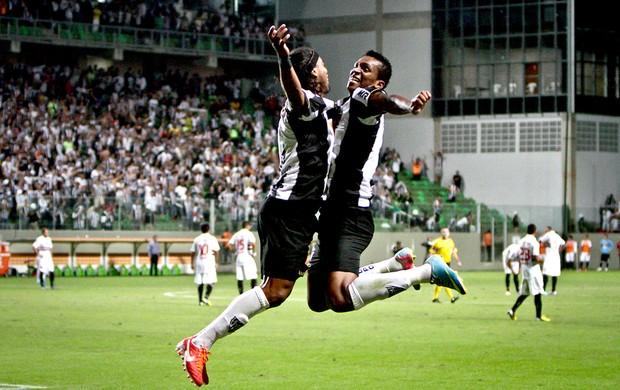Ronaldinho e Jô comemoram: cena típica nos jogos do Galo desde 2012.