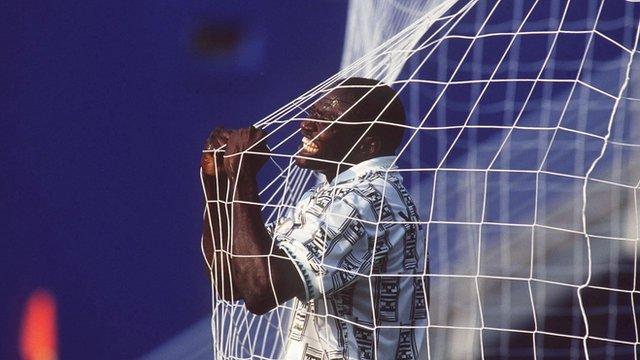 Yekini vibra: atacante foi o maior artilheiro da história da Nigéria.