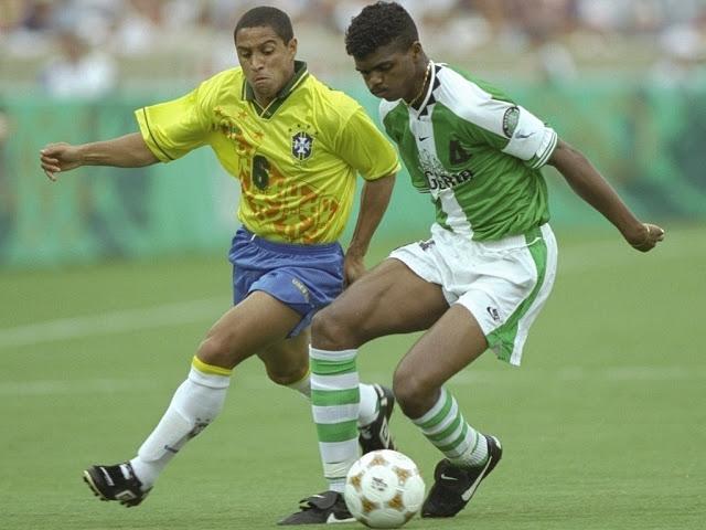 Roberto Carlos e Kanu: duelo entre brasileiros e nigerianos se repetiu na segunda fase.