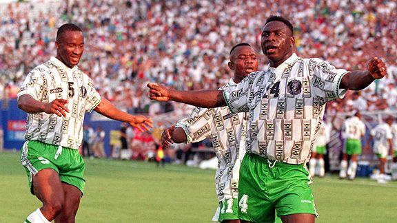 60c8179649 Amokachi (camisa 4) comemora  Nigéria brilhou na primeira fase da Copa de  1994