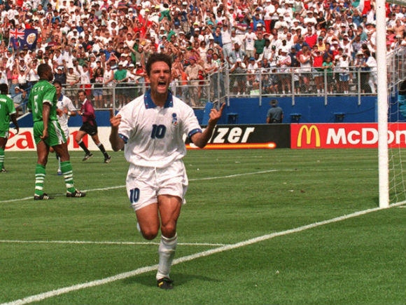 Roberto Baggio aproveitou as bobeadas nigerianas e classificou a Itália para as quartas de final da Copa.