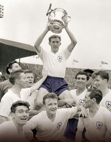 Blanchflower ergue a Copa da Inglaterra de 1961: Spurs foram os primeiros vencedores do Double no século XX.
